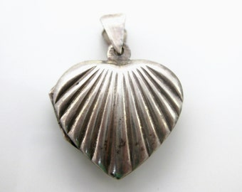 Vintage Sterling Silver Heart Scallop Pattern Locket