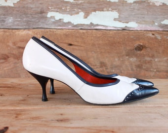 1960s stilettos / 60s spectator heels / navy blue & white shoes with pointy toes / size 9