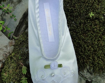 Custom Soft ballet slippers Girls wedding rosebud in ivory flat bridal shoe embroidered pearled
