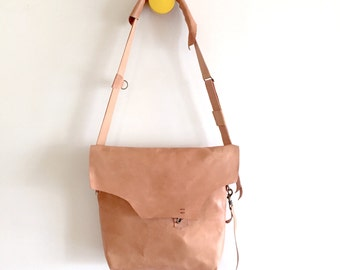 Shoulder bag in leather with raw edges