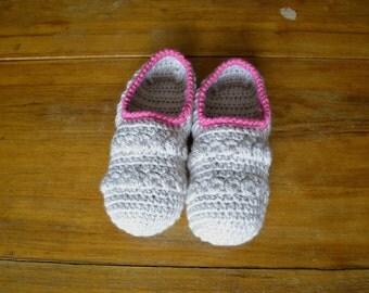 Winter slippers crochet socks for woman, in beige pink wool, home slippers