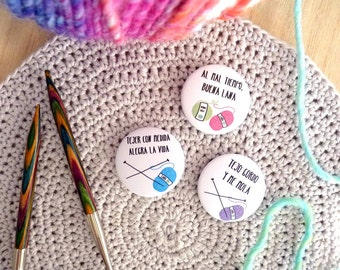 Bulky knitter pinback buttons set of 3, spanish sentences, knitting and yarn badges