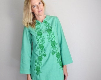 STOREWIDE 15% off SALE - Vintage 60s Green Embroidered Long Sleeve Shift Dress // womens small