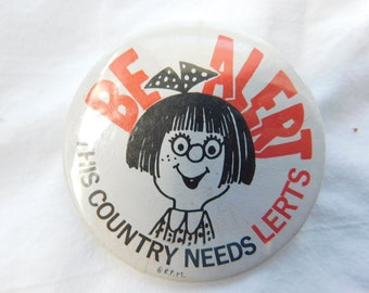 Vintage 1970s 70s New Old Stock Pinback -Be Alert This Country Needs LERTS- Humorous Pin or Button  DR20