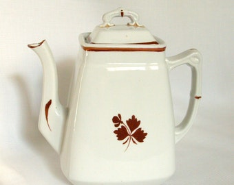 Antique Wedgwood teapot. Tea leaf pattern. England.