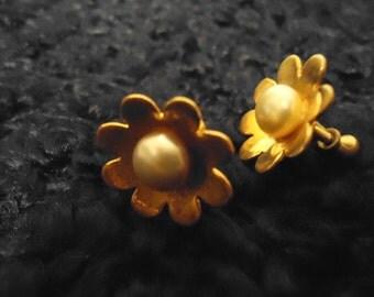 Vintage 1960s Gold Flowers in Pearl Screw On Earrings, EarScrews