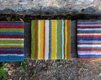 Petits carrés en tapis de laine à rayures