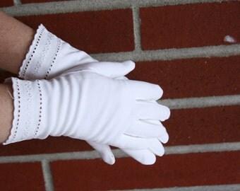 Vintage White Gloves ~ Fancy White Wrist Gloves ~ Bridal Gloves ~ Formal Gloves ~ Driving Gloves