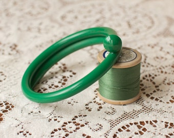 Knitting needle bracelet in Green. Gift for her. Knitters gift. Upcycled. Yarn lovers gift. Statement jewelry. Retro jewelllery.