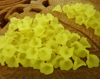 200 pce Dainty Yellow Frosted Acrylic Calla Lily Flower Beads 10mm x 10mm