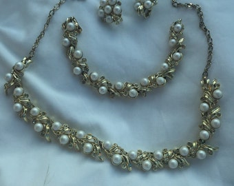 Wonderful designer Sarah Coventry Pearl& Rhinestone Necklace Bracelet Earring Set