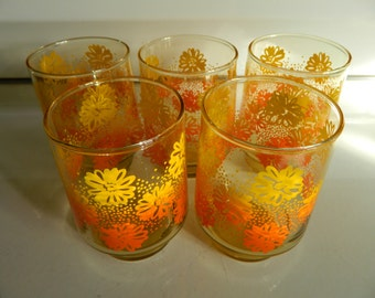 Retro daisy drinkware / orange to yellow ombre / daisy floral on amber