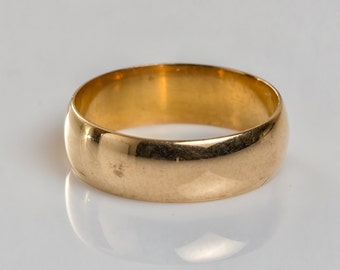 Smooth, classic 18 ct solid gold wedding band