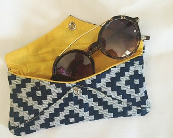 Tribal sunglasses Pocket blue in basketry and cotton. Snap closure. Made in Aix-en-Provence. French fabrics.