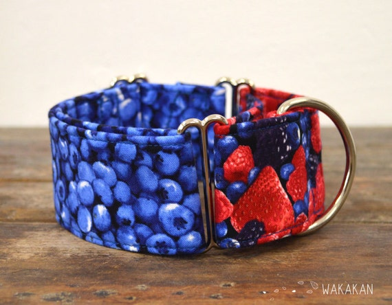 Martingale dog collar model Wild Berries. Adjustable and handmade with 100% cotton fabric. blackberries, strawberries, fruits, Wakakan