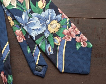 Vintage tie with flowers