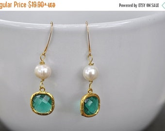 Fall Sale Emerald Green Glass With Genuine White Pearl Earring, Green Bridesmaid earrings.bridesmaids jewelry. Wedding jewelry. Bridal earri