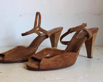 vintage cognac SUEDE + WOOD leather Bare Traps open toe strappy sandals / ankle strap heels >> size 7 M <<
