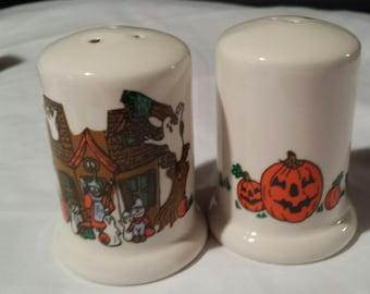 Halloween salt & pepper set,   salt,  pepper set, hand painted, pumpkin, haunted house, bats, ghosts. ceramic, bisque. decals.