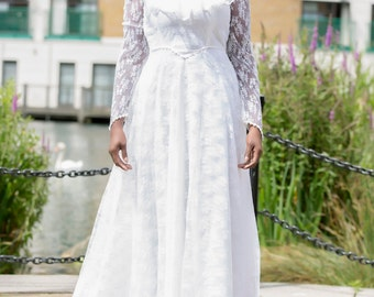 Pre-owned 1970s Vintage White Lace Wedding Dress with Elongated Train Size 12
