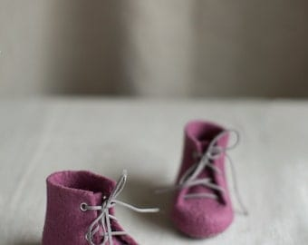 Newborn booties Natural wool boots Felted eco friendly purple marsala raspberry pregnancy reveal Baby's first shoes Baby shower gift in box