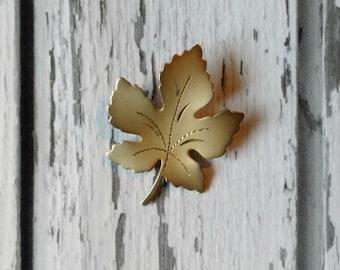 Vintage Gold Leaf Pin - Minimalist Jewelry - 1970s Brooch  - Matte Gold Leaf - Autumn Jewelry - Natural Jewelry - Flora and Fauna Pin