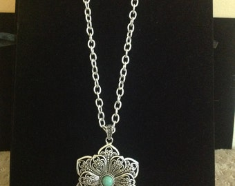 Flower shaped pendent necklace