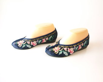 Vintage floral embroidered Asian style women's slippers shoes size 36 6.5 or 6 mid century
