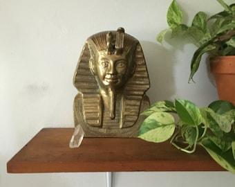 glam brass king tut bust. hollywood regency king tut brass egyptian statue. brass paperweight statue. regency mid century brass pharoah.
