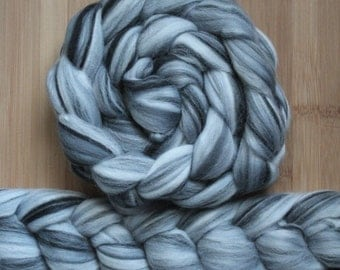 """Merino ' WOOLY-WOW Roving in """"North Pole"""" colorway - Black, Gray, Silver blend - Spinning Felting braid - Fiber arts"""