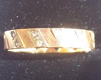 Beautiful vintage diamante 9ct gold band ring