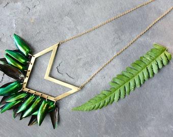 Große geometrische Chevron Käfer Shell Halskette, Boho, Hippie, bohemian, geometrische, Messing, grün, Erklärung Stück,