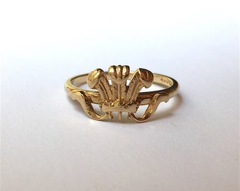 Vintage Prince of Wales Feathers Ring in 9ct Yellow Gold