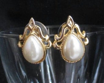 Vintage Faux Pearl stud Earrings Gold Tone Teardrop filigree Pierced Small #Fashion #wedding Excellent Condition International seller