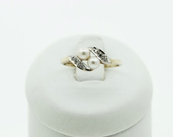 A 9ct gold cultured pearl and Diamond ring,  SKU 704