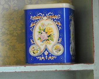 Vintage tea tin/caddy
