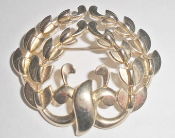 Pretty vintage Monet goldtone abstract wreath brooch