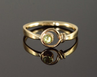 14K 0.10 CT Green Peridot Twist Knot Ring Size 5.75 Yellow Gold