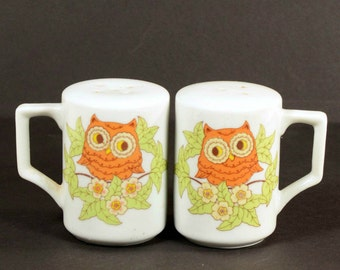 Vintage 70s Cute Owl Salt and Pepper Shaker, White Ceramic + Handles, Kitsch Kitchen Decor, Owl Collector Set of 2