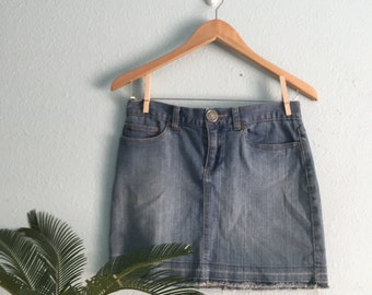 Vintage Daisy Fuentes denim mini skirt, size 2 28""