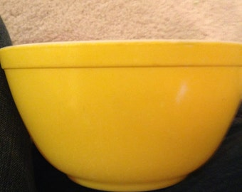 Vintage bright yellow Pyrex mixing bowl middke size