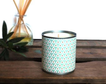 Candle upcycling Nora to the 100% soy wax vegetable and vegan, poured into a box of recycled cans