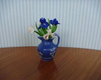 manque en étage avec iris bleu et blanc à l'échelle miniature 1/12ème.