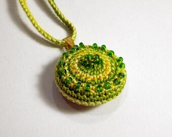 Pendant necklace crochet green melange with beads - Collana con pendente a maglia bassa ricamato con perline