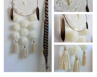 Catches dreams - Dreamcatcher - Raven Skull - Feathers - Pompom - Tassel - Doily