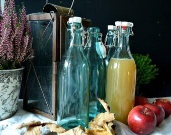 Glasflasche blau, Porzellandeckel blue glas, Vintage, Loppis gift Landhausstil cottage style selbstgemachter Saft Picknick Frühling