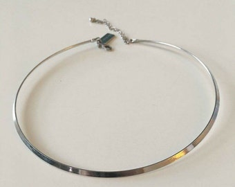 Silver coloured thin chocker