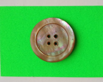 1 Button in 31mm Light Mother of Pearl