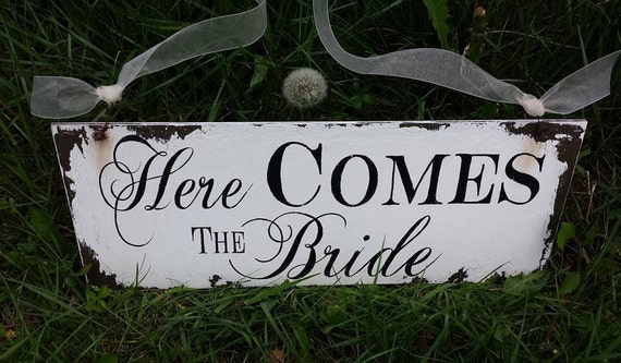 Here Comes The Bride Sign. Shabby Chic Wedding. Wedding Ceremony Sign. Wedding Ceremony Decor. Vintage Wedding. Distressed Signs.