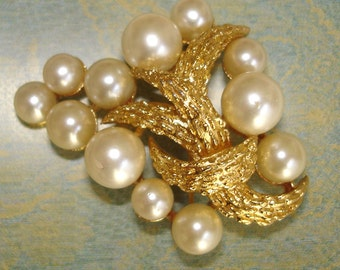 lovely vintage TRIFARI gold brooch with pearls 1950s